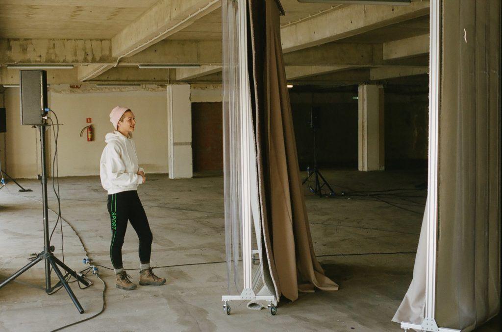 (قسمت ۳) یازده هنرمند معاصر راهبردهایی برای بیشترین استفاده از فرصتِ کار از خانه ارائه میکنند: ژَکلین کیوُمی گوُردِن (Jacqueline Kiyomi Gordon)
